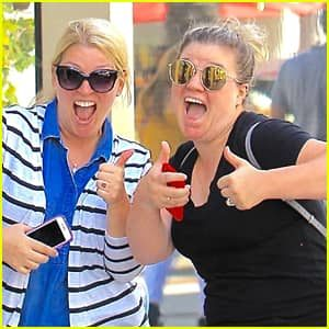 Kelly Clarkson with her sister