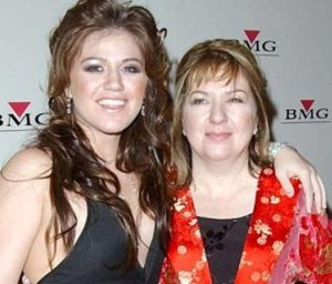 Kelly Clarkson with her mother