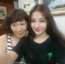 Nancy (Momoland) with her mother