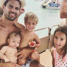 Eric Decker with his kids